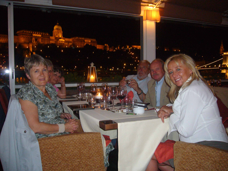 au restaurant Spoon avec le château en arrière-plan