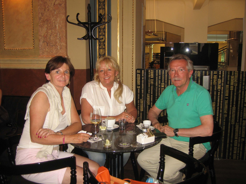 dans un café à la place Vörösmarty