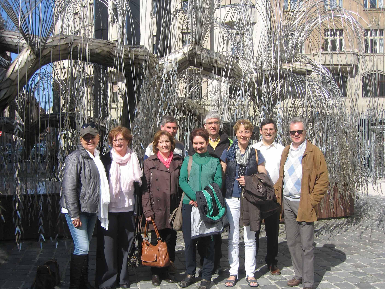 devant « l'Arbre de la vie » dans le jardin de la Grande Synagogue