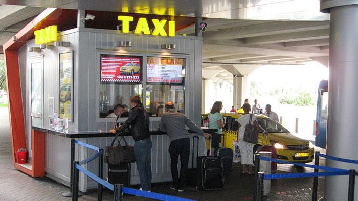 guiché taxi à l'aéroport de budapest