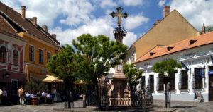 place principale avec la croix de la peste