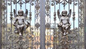 angelots sur une porte au fer forgé