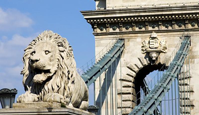 les lions gardent le pont des Chaines