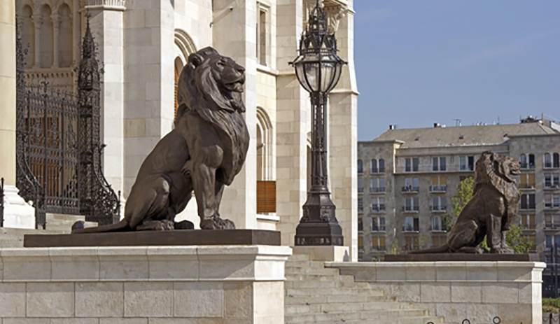 lions devant le parlement