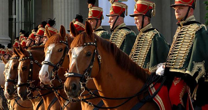 les hussards au château