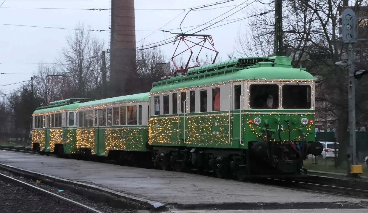 train de banlieue illuminé