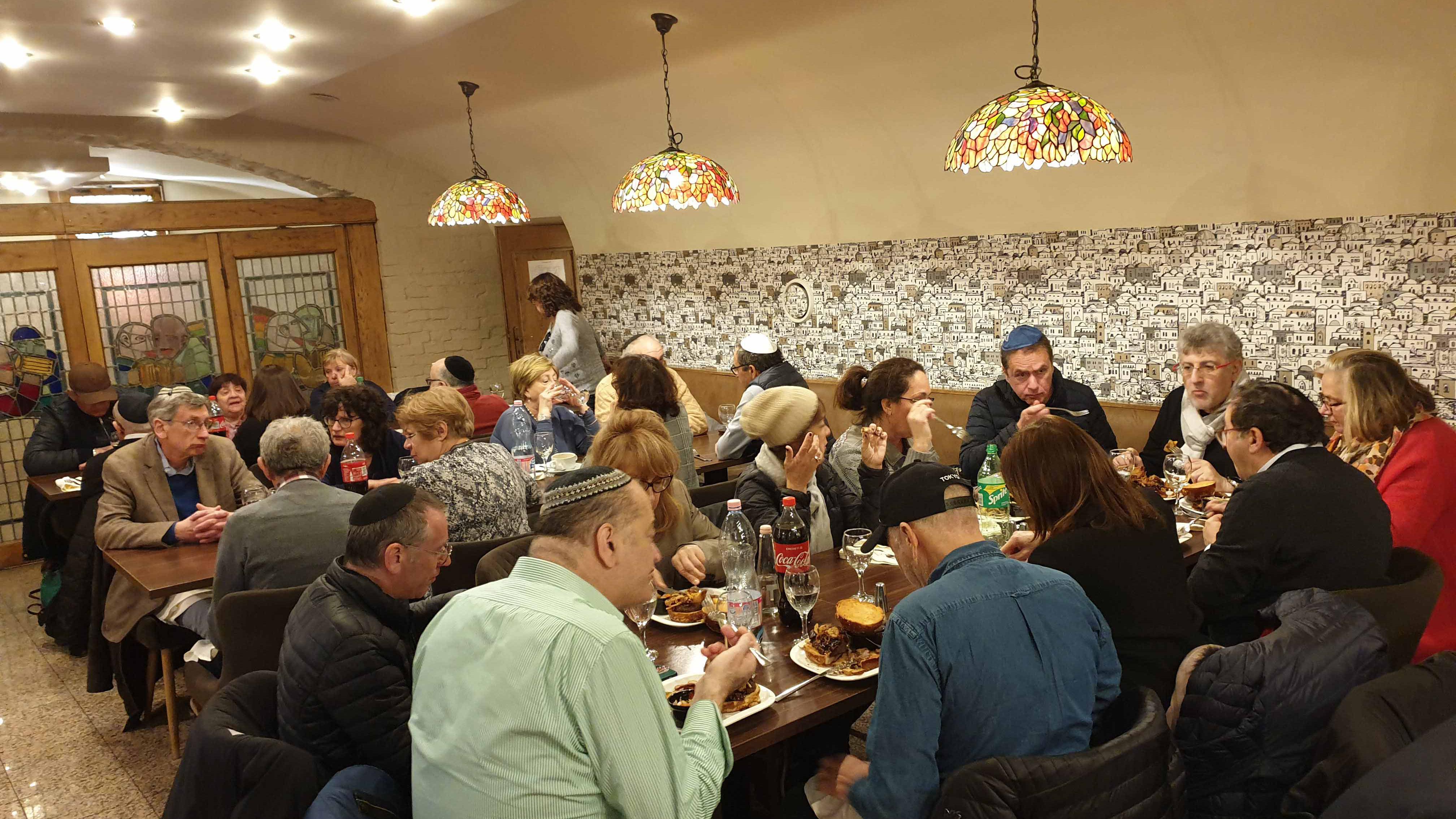 avec un groupe israélite de 38 personnes dans un restaurant casher