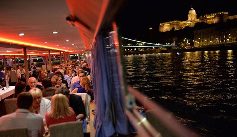 dîner de gala sur un bateau panoramique de Danube